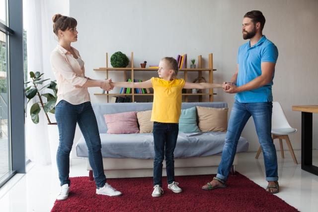 香港離婚家庭相關研究,有7成以上的離婚父母認為自己和對方沒有把孩子當做夾心餅乾,但實際上卻有近8成的子女表示有時或經常感覺自己被夾在父母中間,親子認知落差之大,實需被高度重視。