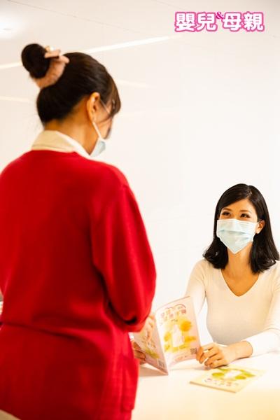 如何約自費產檢?報名方式每一家醫療院所的規定不同,有些可用電話預約、有些則需親自至婦產科報到櫃檯預約。可在做公費產檢時一起詢問。