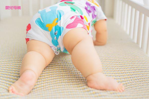 在寶寶骨骼發育尚未成熟之前,別太早學站立或是走