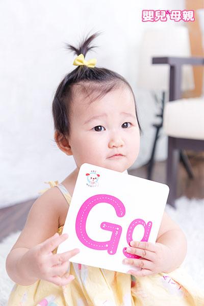 小孩一出生就是個天生的語言學家,可以接收到所有的音符。到了8到12個月會慢慢趨向使用的語言