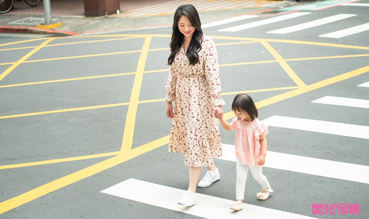 憂心行車視野死角釀禍事件層出不窮,靖娟基金會提出「集、轉、探、避、揮」等五個要點步驟,來防範兒童的視野死角,提醒師長親子善加應用。