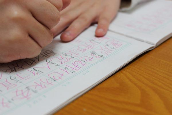 當孩子遇到問題時,父母要引導他利用字典或工具書來尋找答案