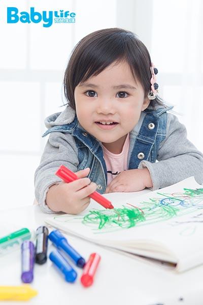 孩子到3、4歲以後,語言發展較成熟,知道的詞彙變多之後,就很會亂哼歌,這時候家長不妨自己編一首「顏色歌」,透過這種方式增加孩子聽覺的印象,讓孩子學會顏色的命名。