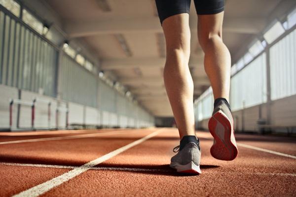 男性更年期:運動會釋放腦內啡、血清素、正腎上腺素改善情緒,有助於緩解男性更年期的症狀。