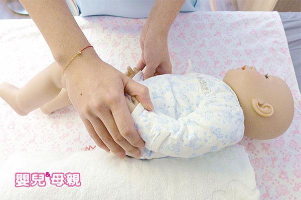 常讓寶寶換邊睡可讓頭型漂亮-往右側睡