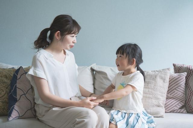 孩子怎麼那麼愛問「為什麼」?寶寶天生就很好奇,只是表現好奇的方式在各年齡層有不同的呈現。