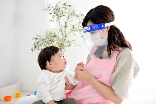 雖然0至3歲的嬰幼兒將新冠病毒帶入家中的可能性低於青少年,但一旦他們被感染,他們更有可能將病毒傳播給家裡的其他人。