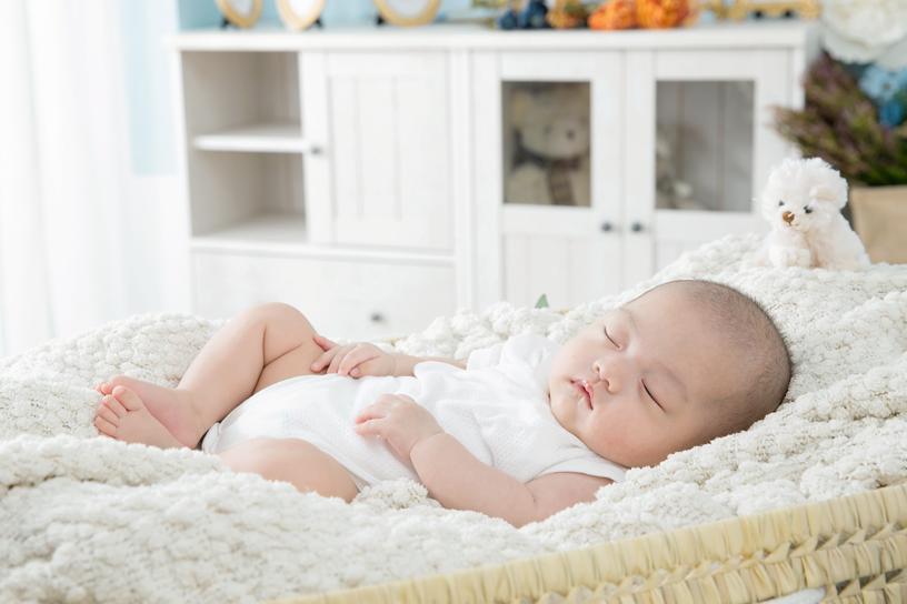 阻塞型睡眠呼吸中止症,常見症狀有如雷般的鼾聲、白天易打瞌睡、頭痛