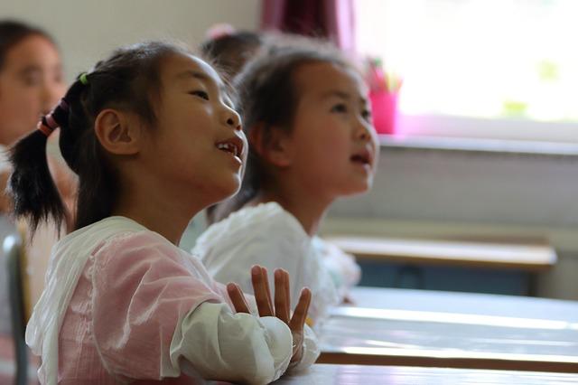 讓孩子用自己覺得適合的方式在學校度過學習的時光,同時支持與配合學校行事曆的安排,不在課間隨意請假,這樣就是給孩子最好的協助與穩定。