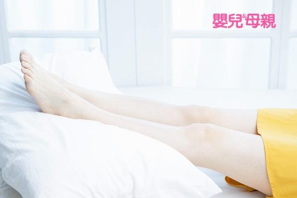 懷孕水腫:躺著時,腳下墊1、2個枕頭,讓小腿比心臟高一點,水分回流的效果會比較好。