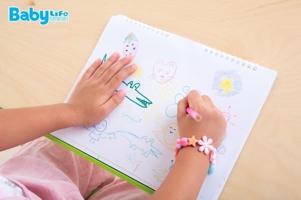 爸媽教導幼童認識顏色急不得,一定要一步一步慢慢來,基本上都是先會辨識顏色差異後,才開始練習顏色的配對,再來才會隨著語言發展學會命名。