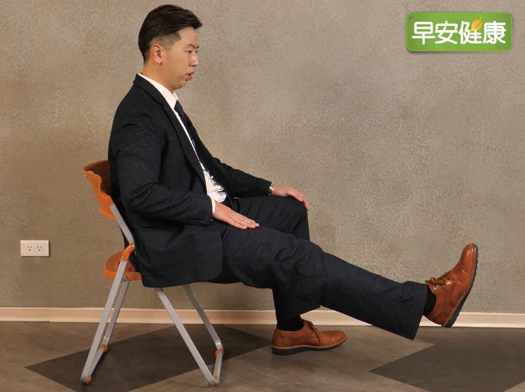 保養膝蓋就要加強膝蓋周邊的肌肉,因為肌肉可以穩定關節,最簡單的運動,就是坐姿直抬腿,抬的時間越久越有運動效果。