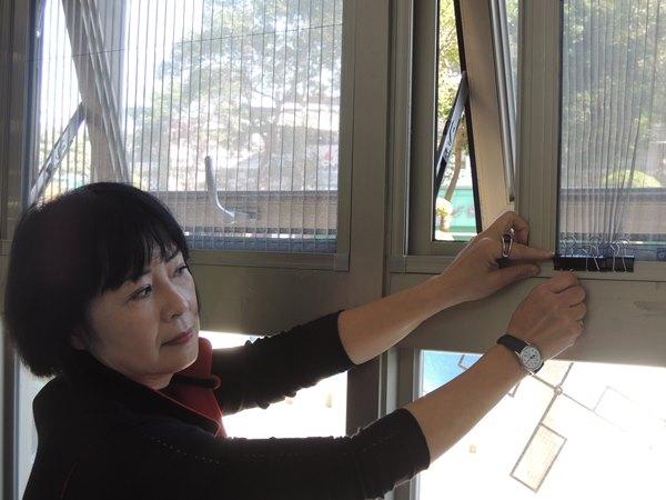 林月琴執行長提醒家長可用居家物品防止窗戶開啟,避免發生孩子墜樓危機