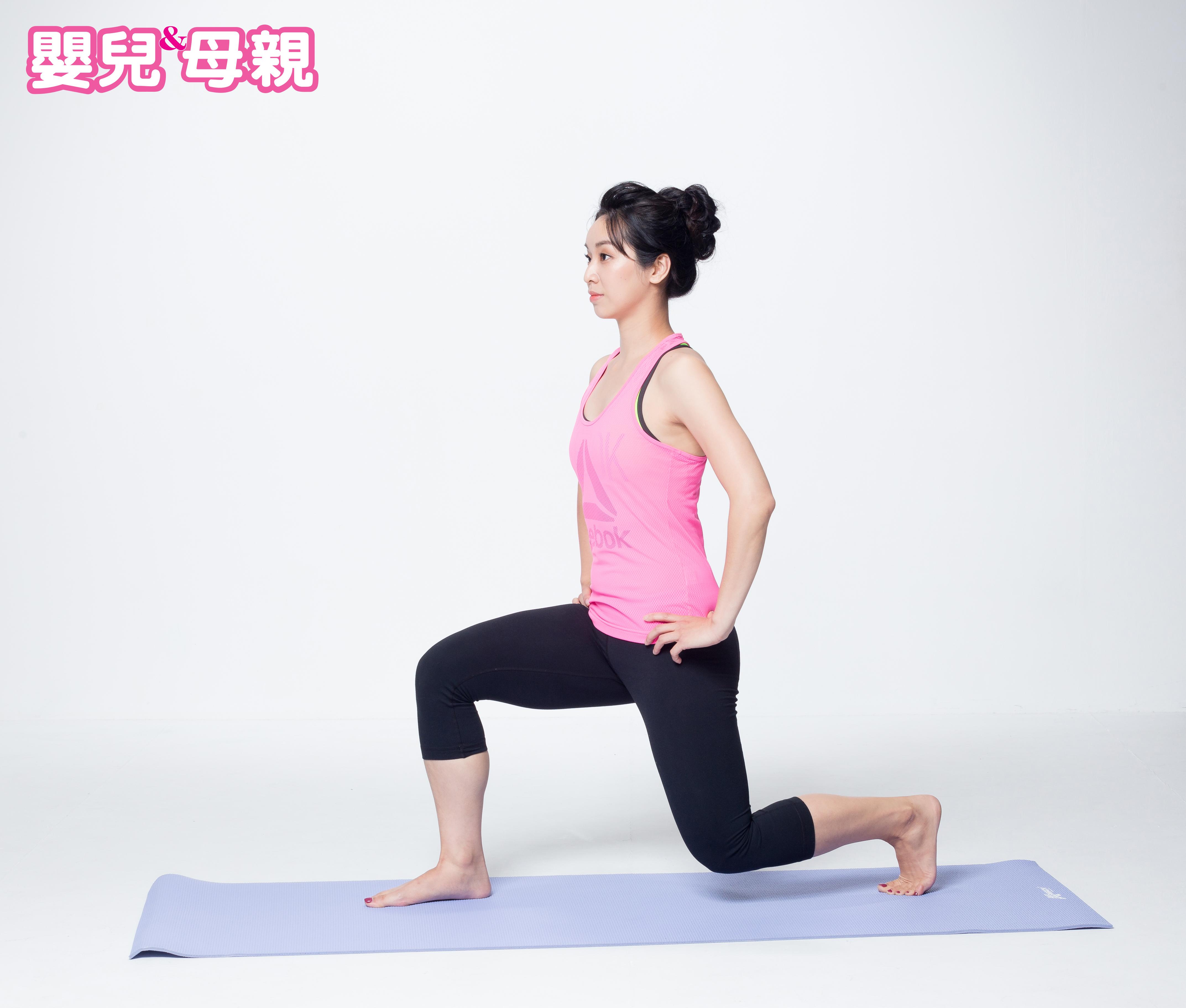 後腳膝蓋離開地面約10公分的位置,膝蓋與踝關節呈現90度,後腳跟自頭到尾都離地。(回到單膝高跪姿蹲)