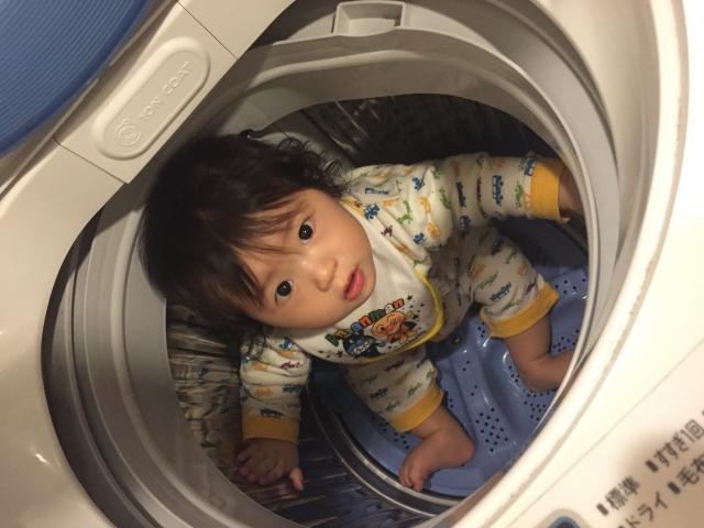 孩子玩耍時很喜歡躲在洗衣機裡,若在密閉空間過久,容易導致窒息。