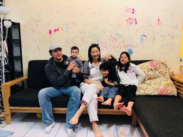 丁寧與洋人老公Matthew婚後接續生了3個孩子,一家五口定居台灣。