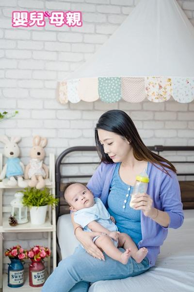 當寶寶突然不愛喝奶,或奶量突然明顯下降,就可能表示進入厭奶期;或是要餵奶時,寶寶生氣大哭(不過寶寶的精神活力是正常的,也就是除了好像不餓之外,其他都很正常。如果精神活力不佳或是有其他症狀,則有可能是生病了)。
