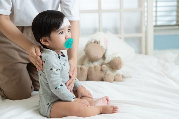 熱痙攣無法預防,當孩子突然發作時,照顧者應協助孩子保持口鼻暢通,千萬不要在嘴裡塞入任何物品。