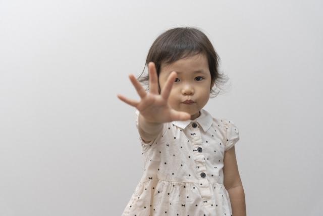若要進一步「預防」,父母就要在公共場合多看著孩子,預先察覺路人要對他出口、出手的情境。