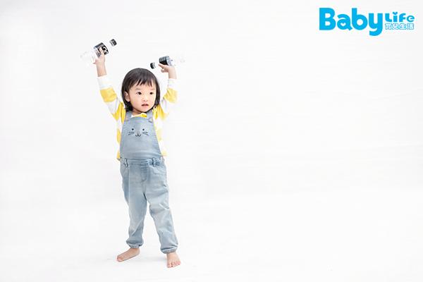 舉重遊戲可以訓練寶寶的二頭肌與手臂內側肌肉與發展肌肉張力