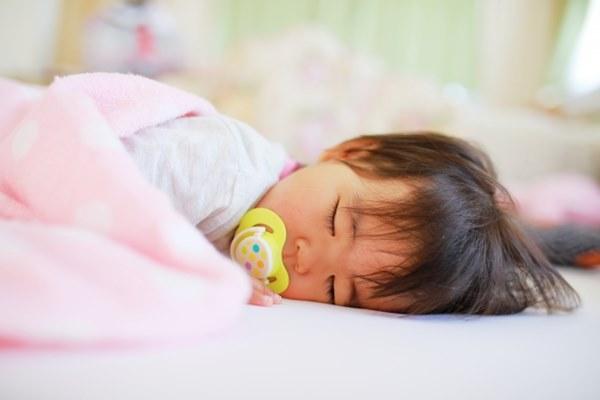 1歲以下最常見的猝死原因不外乎就是「趴睡、溢奶、溺水、被棉被悶住、吸入異物」等