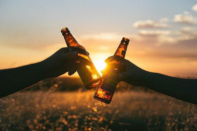 飲酒過量會對男性勃起和性表現有負面影響。