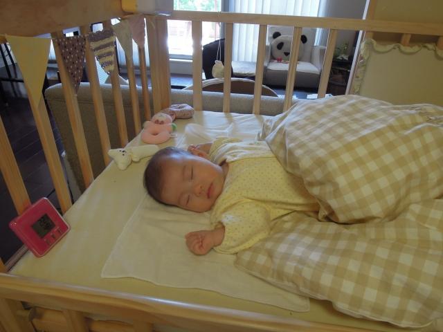 1歲以下的嬰兒每次睡眠都應該採取「仰睡」姿勢,以排除側睡或趴睡可能引起嬰兒呼吸道阻塞的危機。