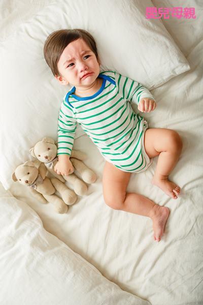 寶寶常常半夜哭鬧不睡的情形總是讓新手爸媽感到非常困擾又疲憊,兒科醫師建議可以從6個月後開始進行「睡眠訓練」