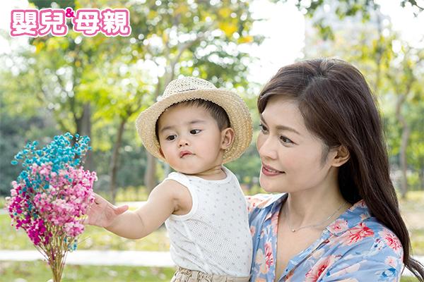 幫寶寶擦上防蚊液