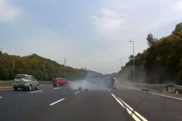 近日有家庭開車出遊,不慎在國道上遇到車禍,過程中5歲男童竟從後座噴飛...