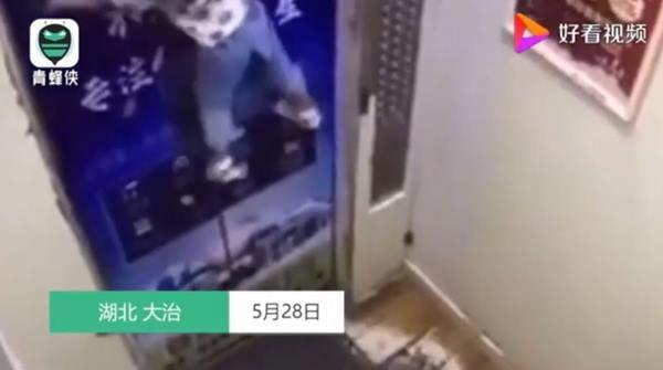 防走失繩居然也會讓孩子陷入危險當中,日前中國湖北省就發生女童懸掛在電梯門上的驚險瞬間。