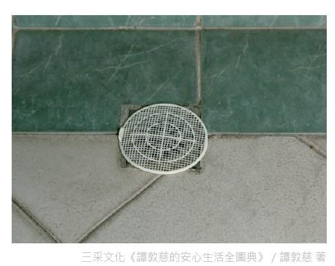清理排水孔上積垢,若有卡毛髮須清除乾淨