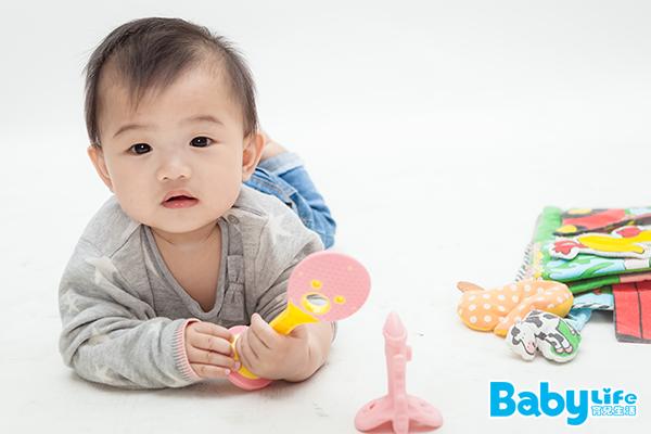 如果發現寶寶很頻繁地吃自己的手,不妨試著增加親餵母奶的次數