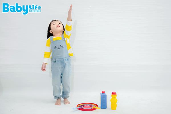 泡泡遊戲讓寶寶在玩樂間,同時訓練大肌肉發展