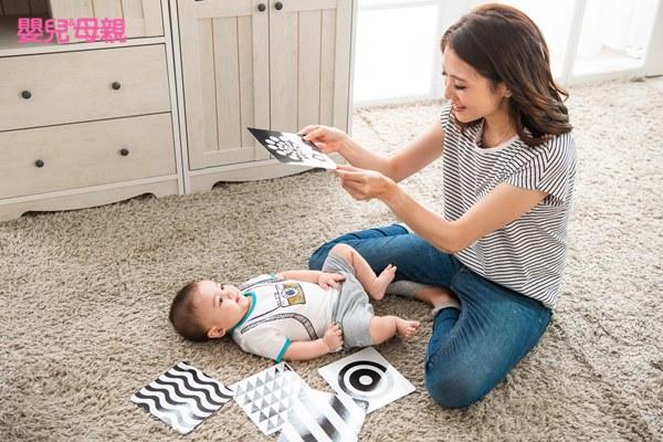 可以用圖卡跟6~12個月寶寶對話,但盡量以狀聲詞表達,例如:「汽車叭叭叭」、「小狗汪汪汪」、「飛機咻咻咻」等,讓孩子一邊觀察嘴形變化,一邊模仿這些聲音。