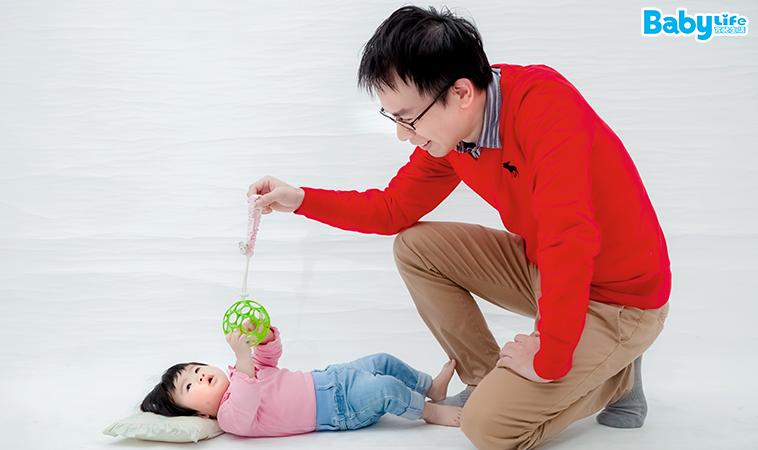 空中取物遊戲,幫助寶寶鍛鍊背部及手部肌肉