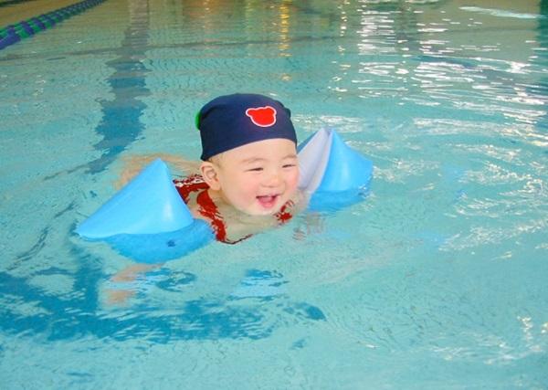 許多兒童專用的泳圈都不能保證孩子在水裡是安全的