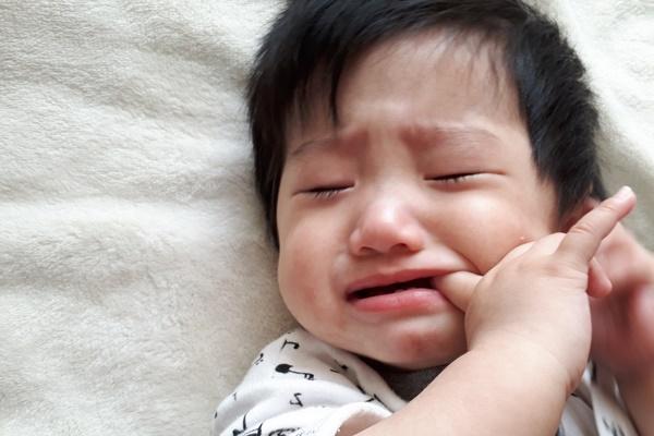 小孩卡到魚刺:因為異物感而頻繁吞嚥、挖喉嚨、吐舌頭 ;以及因為局部腫脹而讓呼吸有怪聲等。