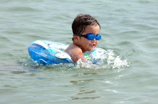 即使孩子有使用泳圈,大人仍要在旁陪同