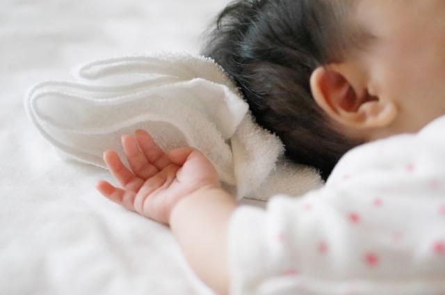 根據統計,英國平均每年有六名嬰兒死於單純皰疹病毒。提醒家長不要親吻寶寶