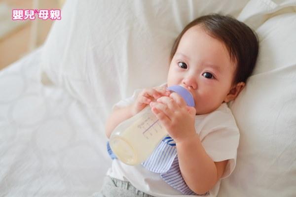 寶寶低血糖時可依醫生指示給予少許紅嬰水,但症狀消失後就要以母乳或配方奶為主食。