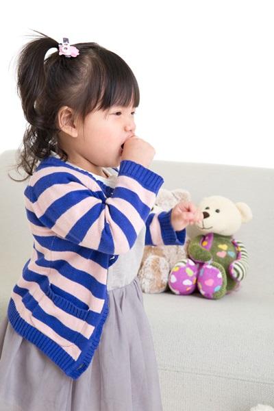 兒童氣喘常見的症狀包含咳嗽、呼吸急促、呼吸喘鳴聲和胸悶。
