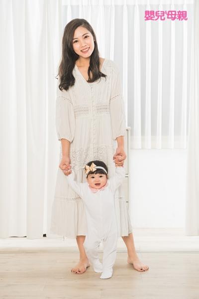 寶寶剛開始學扶站或扶走時,大人可以牽著寶寶的手走路