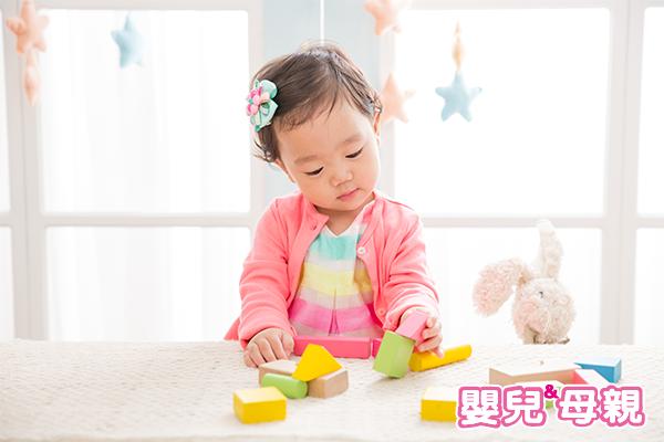 按摩、刺激指尖,使寶寶的觸覺獲得滿足