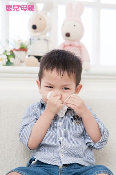 其實鼻子過敏、感冒、鼻竇炎三者之間環環相扣,因為有時嚴重鼻塞時,會使得鼻竇的正常功能受阻,細菌就很容易在鼻竇裡趁機繁殖,進而變成感冒,而感冒時鼻腔黏膜發炎阻塞鼻竇開口,鼻竇的分泌物滯留、發炎便形成鼻竇炎。