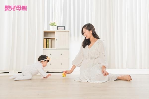 寶寶大約7、8個月學爬階段時,爸媽可嘗試拿著玩具在寶寶前面吸引他往前爬