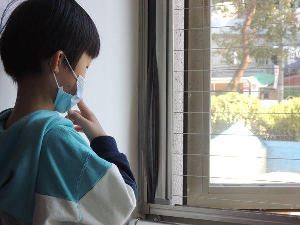 預防兒童居家墜樓必須做到『不獨處』,不僅不可獨留孩子在家,更要留意在家時,跟孩子不在同一個空間可能產生的危險!