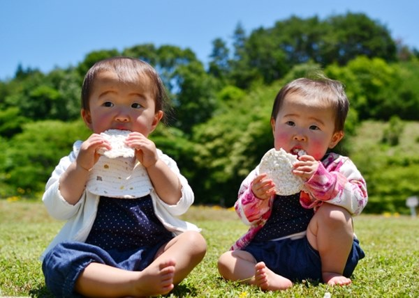 不論是父母或老師都應避免使用獎勵方式給予零食,若是經常以獎賞方式提供零食,不僅容易養成孩子愛吃零食習慣,而且會提高零食在孩子心中的地位和印象。