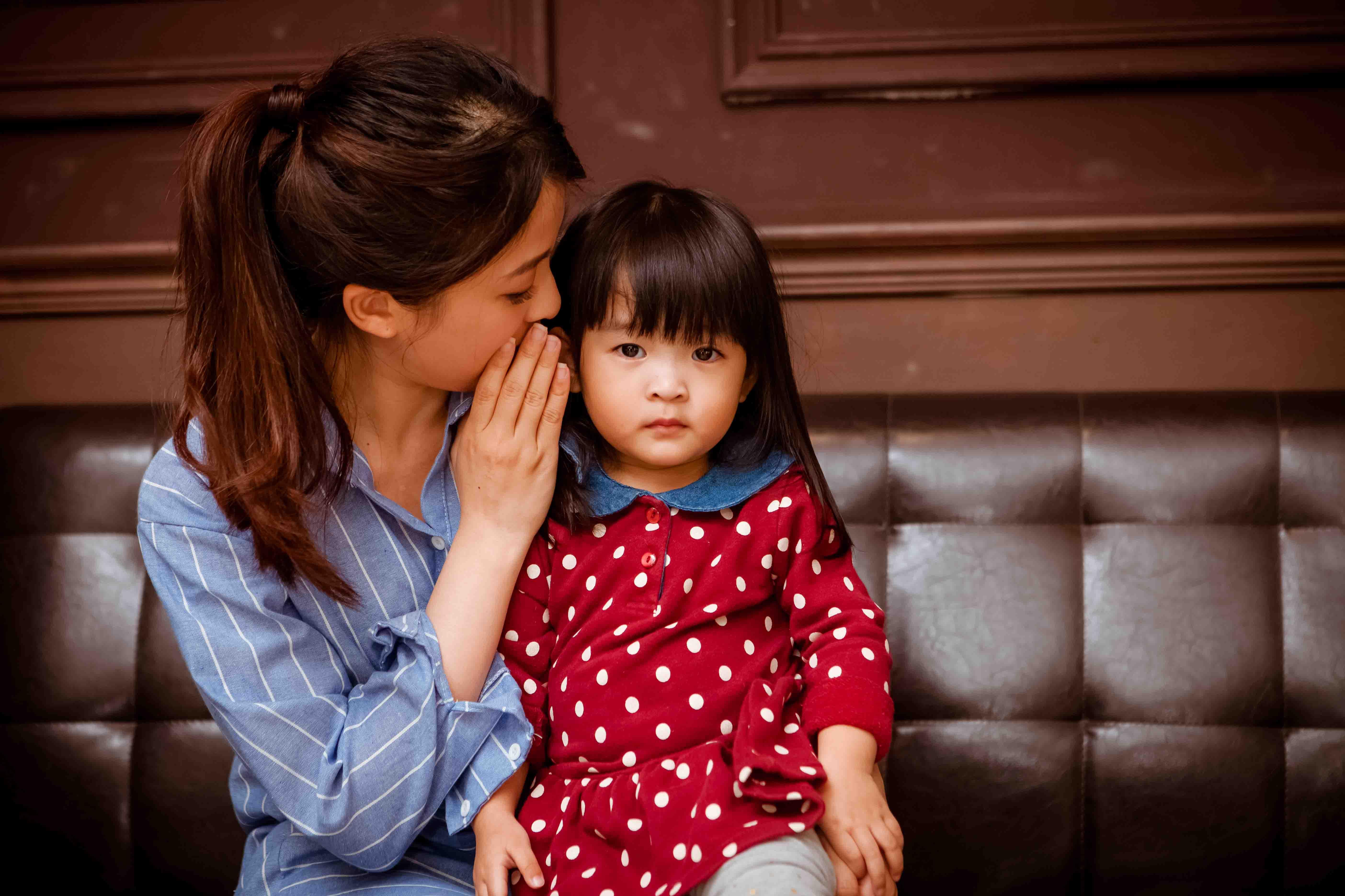 孩子需要的是「惜惜」:抱著她,趕快讓她倚賴一下,用陪伴、聆聽取代立刻解決