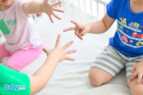 當出現嚴重排擠情形時,父母務必要介入,協助修復孩子的群體關係